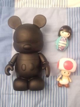 Parce que j'adore les figurines: un art toy de chez Disney, une Kimmi junior et le champignon du jeu Mario! (pour aller avec mon Yoshi)