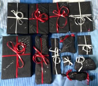 Les cadeaux fermés, rangés par numéro comme indiqué ^^